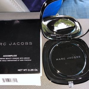 MARC JACOBS  Accomplice instant blurring beauty
